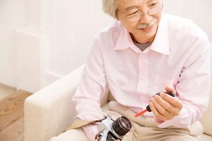 カメラのメンテナンスをしている男性の写真素材 [FYI01999366]