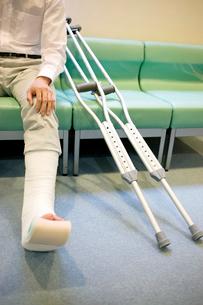 イスに座る骨折した男性患者の写真素材 [FYI01999424]