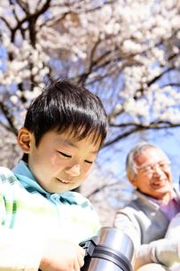 水筒をもつ孫と笑顔のお祖父さんの写真素材 [FYI01999440]