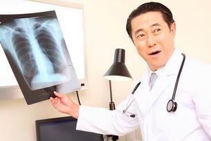 レントゲンを持つ医者の写真素材 [FYI01999467]