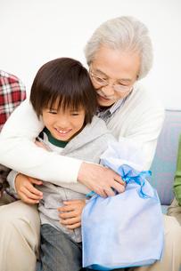 孫を抱きしめる祖父の写真素材 [FYI01999476]