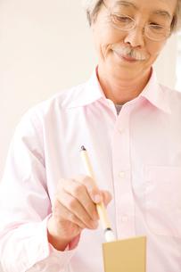 短冊に文字を書いている男性の写真素材 [FYI01999482]