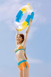 浮輪を掲げている女性の写真素材 [FYI01999497]
