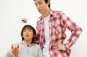 けん玉で遊ぶ父子の写真素材 [FYI01999502]