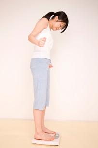 体重を計る女性の写真素材 [FYI01999560]