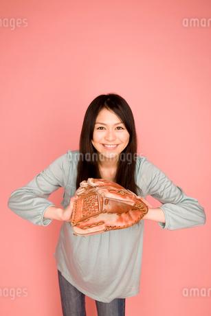 キャッチボールをする女性の写真素材 [FYI01999571]