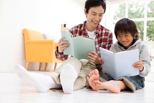 本を読んでいる父子の写真素材 [FYI01999589]