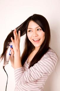 髪を乾かす女性の写真素材 [FYI01999602]
