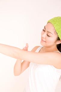 クリームを塗る女性の写真素材 [FYI01999608]