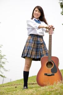 ギターを持った女子高生の写真素材 [FYI01999646]
