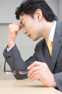 疲れている男性の写真素材 [FYI01999662]