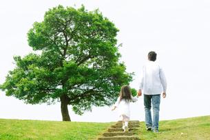 公園の階段を上る父と娘の後姿の写真素材 [FYI01999698]