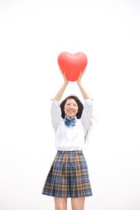 ハートの風船を掲げる女子高生の写真素材 [FYI01999776]