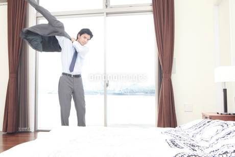 スーツを羽織る男性の写真素材 [FYI02000003]
