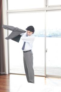スーツを羽織る男性の写真素材 [FYI02000076]