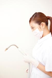バキュームを持つ歯科衛生士の写真素材 [FYI02000223]