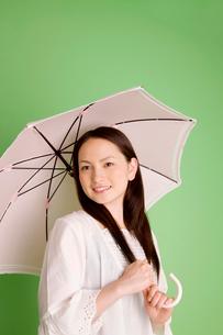 日傘を差している女性の写真素材 [FYI02000224]