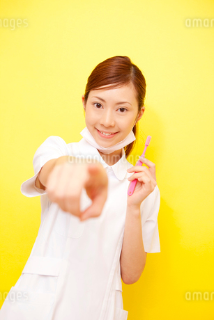 歯ブラシを持つ歯科衛生士の写真素材 [FYI02000385]