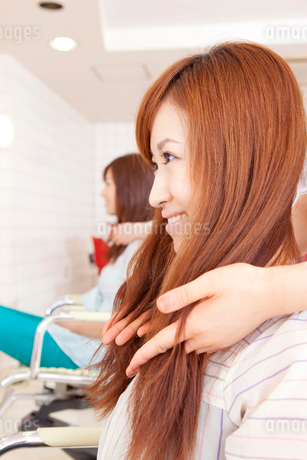 美容師に髪のカウンセリングを受ける女性の写真素材 [FYI02000406]