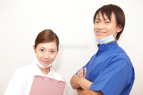 男性歯科医と歯科衛生士の写真素材 [FYI02000437]