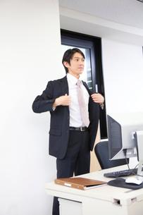 スーツのジャケットを羽織るビジネスマンの写真素材 [FYI02000493]