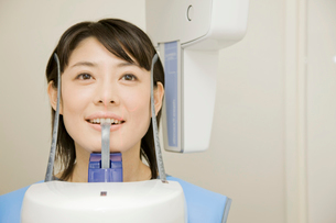 レントゲンを撮る女性患者の写真素材 [FYI02000530]