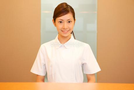 受付に立つ歯科衛生士の写真素材 [FYI02000604]