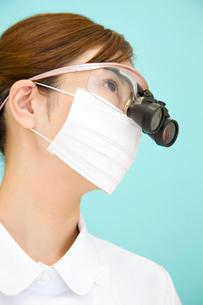 マイクロルーペをつけた歯科衛生士の写真素材 [FYI02000694]