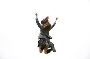 ジャンプする女子高生の後姿の写真素材 [FYI02000747]