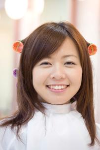 ヘアサロンでパーマをかけている女性の写真素材 [FYI02000803]