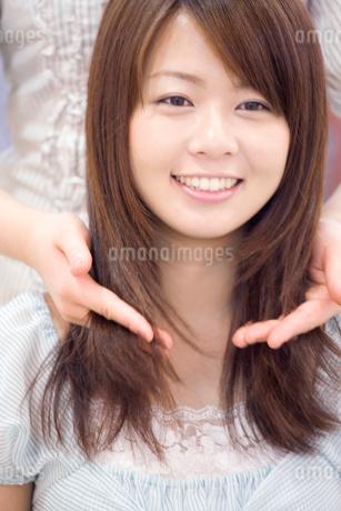 美容師に髪のカウンセリングを受ける女性の写真素材 [FYI02000824]