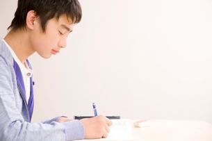 勉強中の男子中学生の写真素材 [FYI02000934]