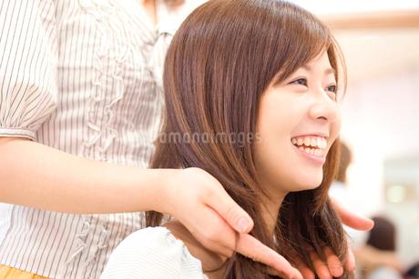 美容師に髪のカウンセリングを受ける女性の写真素材 [FYI02000948]
