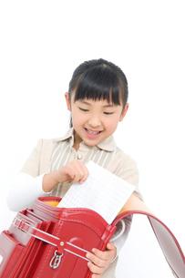ランドセルにノートを入れる女の子の写真素材 [FYI02000958]