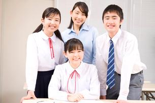 笑顔の中学生男女と塾講師の写真素材 [FYI02000978]