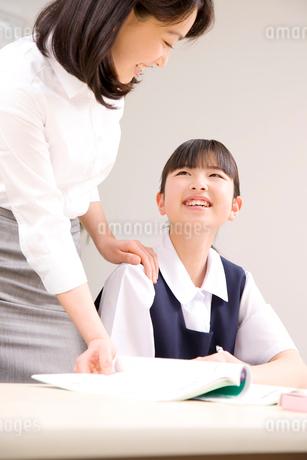 勉強を教わる女子中学生の写真素材 [FYI02001026]