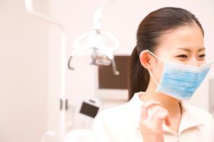 マスクをつけた歯科衛生士の写真素材 [FYI02001045]