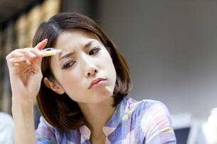 悩む女子大学生の写真素材 [FYI02001081]
