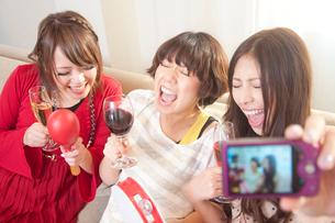 記念撮影をする女性達の写真素材 [FYI02001086]