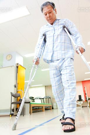 リハビリをする患者の写真素材 [FYI02001103]