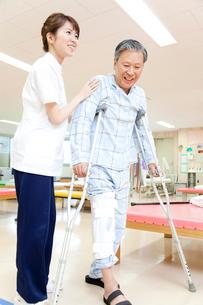 リハビリをする患者とトレーナーの写真素材 [FYI02001104]