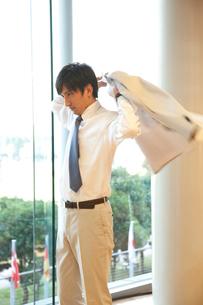 ジャケットを羽織るビジネスマンの写真素材 [FYI02001109]