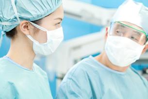 手術をする外科医の写真素材 [FYI02001120]