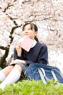 本を持つ女子中学生の写真素材 [FYI02001160]