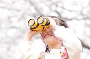 双眼鏡を覗く女の子の写真素材 [FYI02001162]