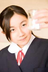 理科の実験をする女子中学生の写真素材 [FYI02001177]