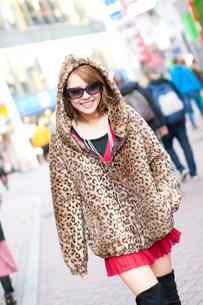 繁華街を歩く女性の写真素材 [FYI02001189]