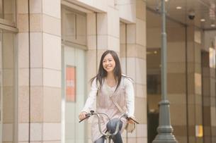 自転車に乗る女性の写真素材 [FYI02001203]