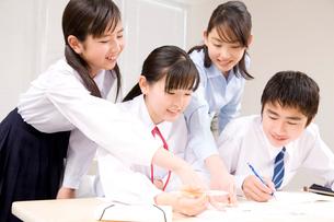 問題について話し合う生徒たちと塾講師の写真素材 [FYI02001238]