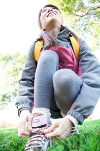 靴紐を結ぶ女性の写真素材 [FYI02001290]